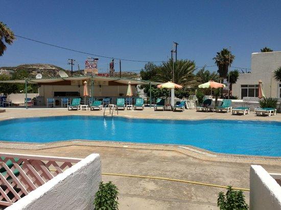 Antony's Hotel: Pool and bar