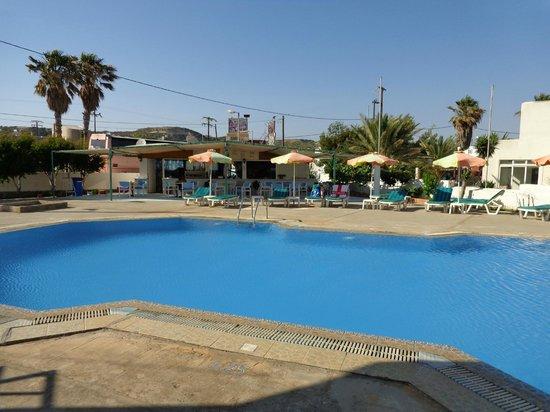 Antony's Hotel: the pool and bar