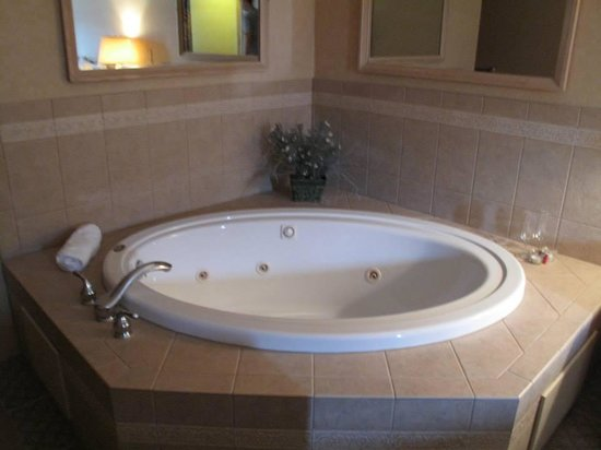 Skaneateles Suites Boutique Hotel: Decent sized Jacuzzi