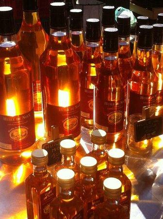 Neuvic, France: Nos bouteilles d'huiles de noix et de noisettes sur le marché de Périgueux