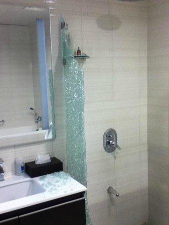 Ascott Doha: Bathroom after shower cabinet has shattered