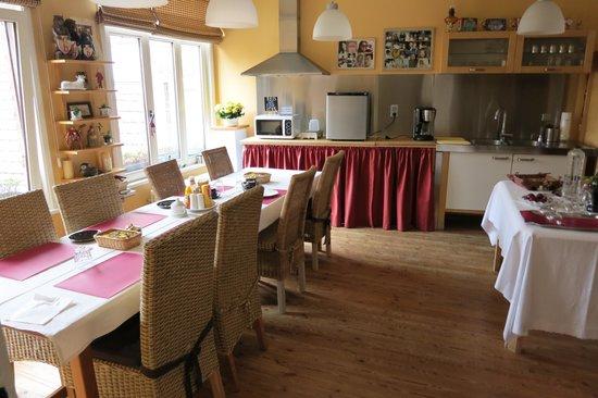 Sint Andries Cruyse: Breakfast Area Overlooking the Backyard