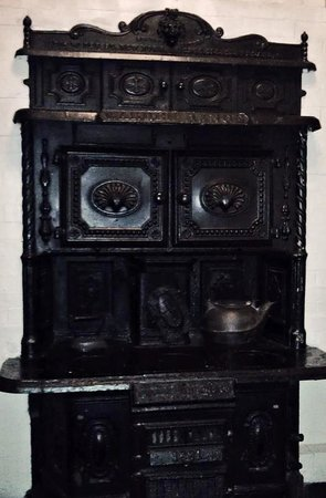 Old Court Bed and Breakfast: The beautiful stove in our room.