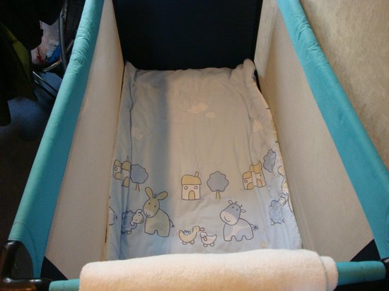 EMA House Hotel Suites: baby cot