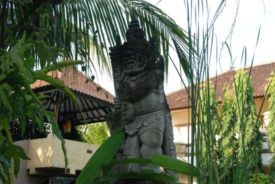 Mentari Sanur Hotel: Bali style sculpture
