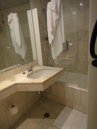 Hotel Dom Carlos Park: Banheiro limpo e claro