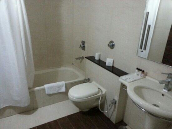 The River Crescent Resort: washroom of deluxe room