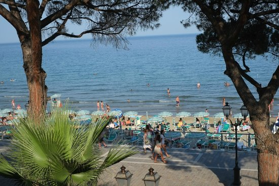 Hotel Beau Rivage: busy-time on beach