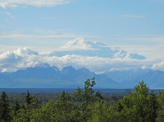 Talkeetna Alaskan Lodge: View of Mt. McKinley from the lodge on our 1st night