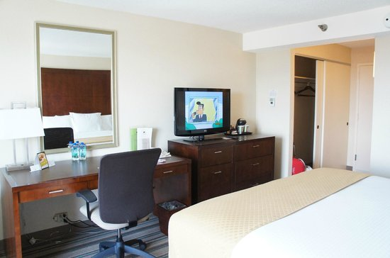 DoubleTree by Hilton Chicago North Shore: Another POV of the room from the corner