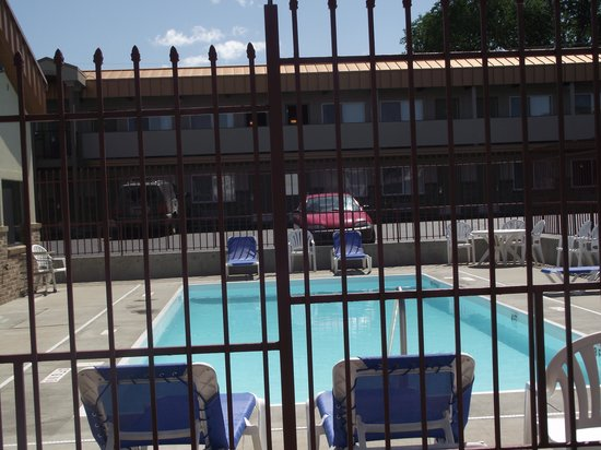 BEST WESTERN Plains Motel: The outdoor pool as seen from the road
