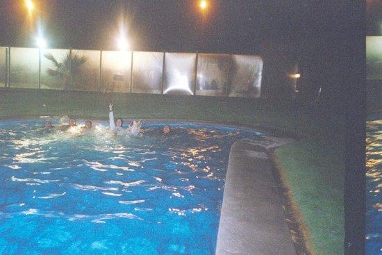 Hotel y Cabañas Mar De Ensueño: piscina nocturna