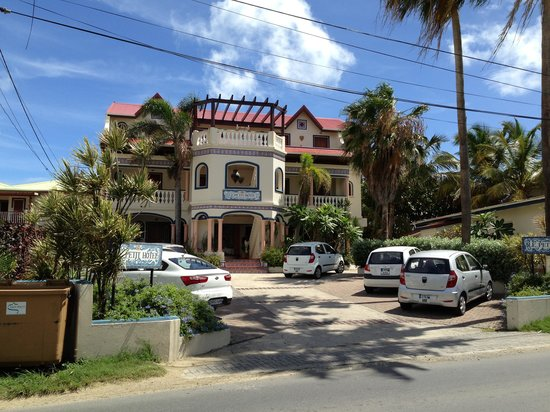 Le Petit Hotel: Front and parking