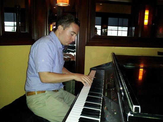 Char Restaurant: Skilled pianist entertains patrons during dinner