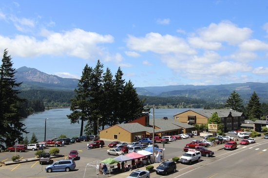 Best Western Plus Columbia River Inn: Inn and the river in back