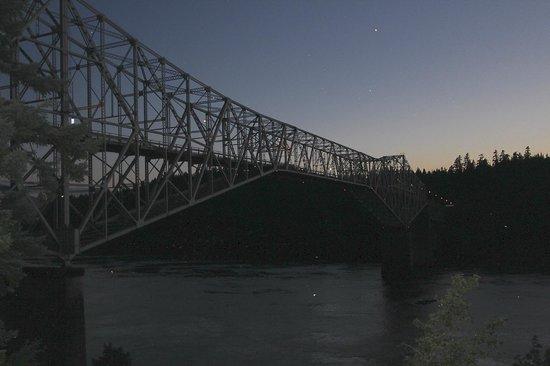 Best Western Plus Columbia River Inn: Bridge of the Gods at dusk