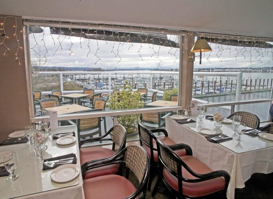 Salty's On The Columbia River: View from Salty's dining room of Hayden island marina