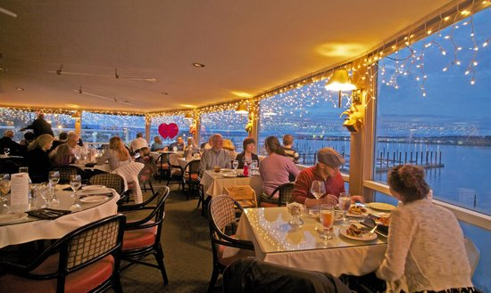 Salty's On The Columbia River: Evening scene at Salty's overlooking the Columbia River