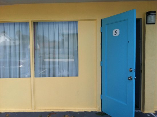 Skyway Motel : Front door to Room 5.  Door would not stay shut without the chain lock.