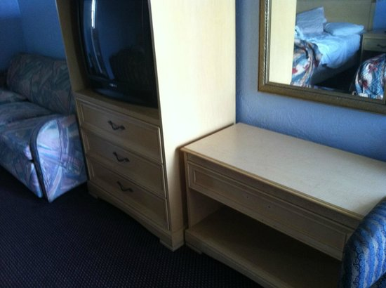 Skyway Motel: Older TV, mismatched furniture and drawers without handles.