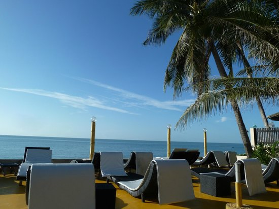 Samui Beach Resort: espace transat