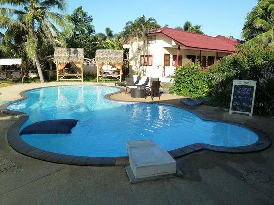 Samui Beach Resort: Piscine avec coussin flottant