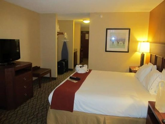 Holiday Inn Express Belleville: comfy bed