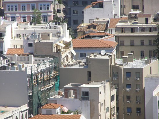 Plaka Hotel: Pic of Hotel taken from the Acropole; chairs on the roof.