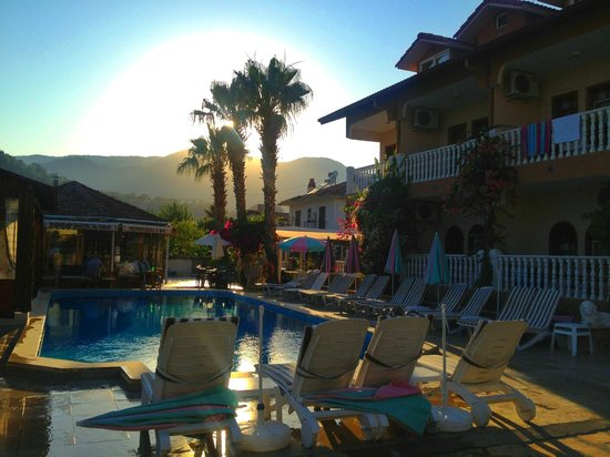 Mehtap Hotel Dalyan: Late afternoon around the pool