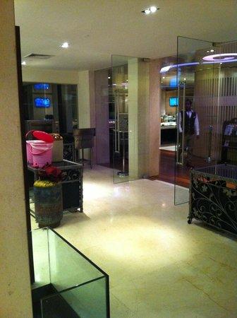 Vivanta by Taj - Blue Diamond: Need some upkeep of the restaurant area
