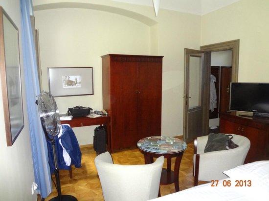Lokal Inn: Armário e mesinha