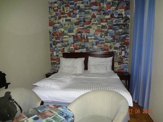 Lokal Inn: Cama com painel de fotos na cabeceira