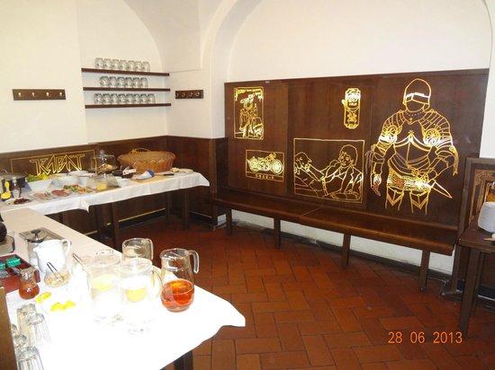 Lokal Inn: Sala do café da manhã e do bar à noite