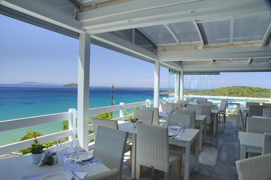 Cyclades Restaurant: Right on the sea... all day
