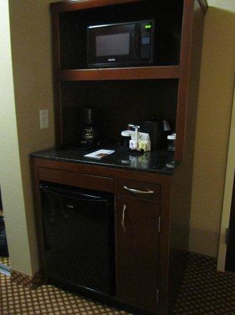 Hilton Garden Inn Bangor: Microwave & mini-fridge in standard room