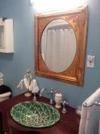 Redwood Bed & Breakfast: The Paris Room Bathroom