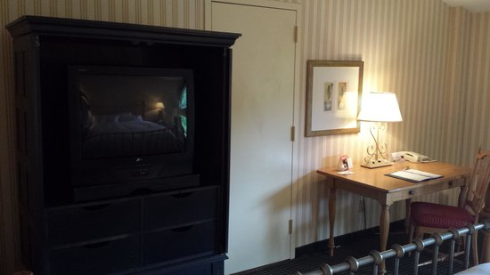 Radisson Hotel at Cross Keys: Desk area and tv armoire