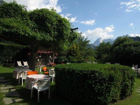 Chalet Hotel Gai Soleil: garden area