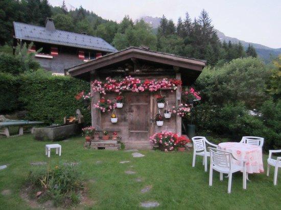 Chalet Hotel Gai Soleil: cute potting shed in garden