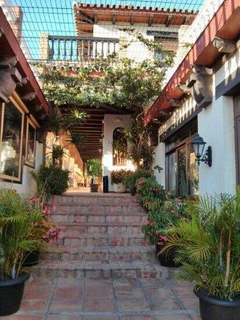Hotel Dulce Nombre: escalera a patio