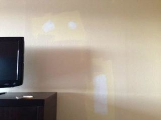 Comfort Inn  Philadelphia Airport: Incomplete wall patching and painting