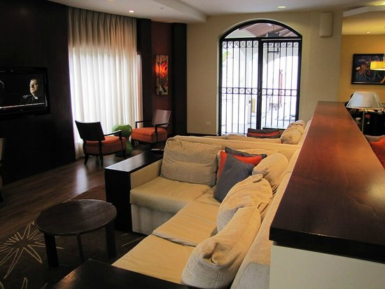 Courtyard by Marriott Port of Spain: Sitting area in the lobby