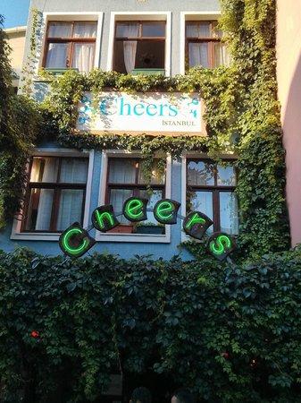 เชียส์ โฮสเทล: Cheers