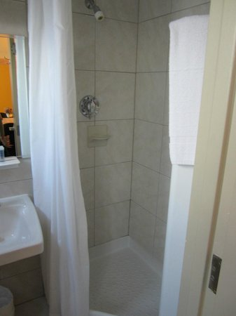 Travelodge Montreal Centre: Shower