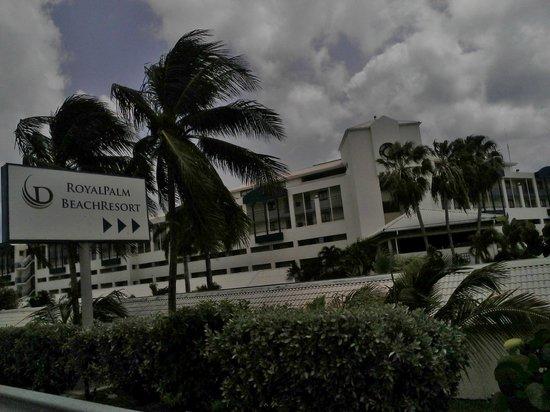 Royal Palm Beach Resort: Entrada al hotel con facil acceso