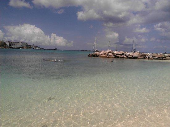 Royal Palm Beach Resort: Hermosa y clara playa de arena blanca