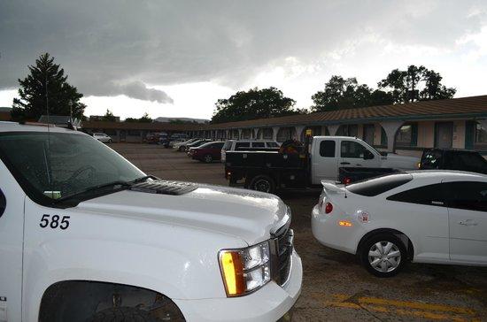 El Kapp Motel: Parking Lot