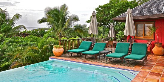 Mayoka Lodge: By the side of the pool