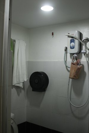 V'La Garden Hotel: the small bathroom