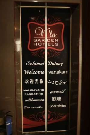 V'La Garden Hotel: thelift with some greetings in different languages